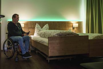 barrierefreie hotels am Tegernsee - Rollstuhl im Zimmer