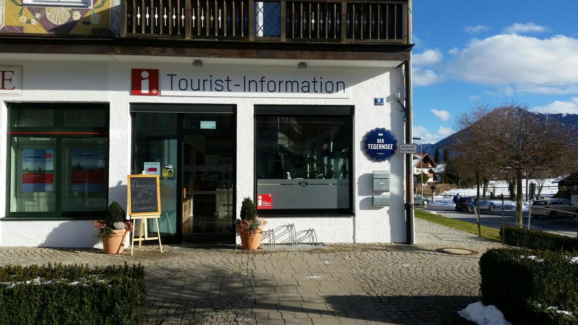 Außenansicht und Eingangsbereicht Tourist-Info Bad Wiessee