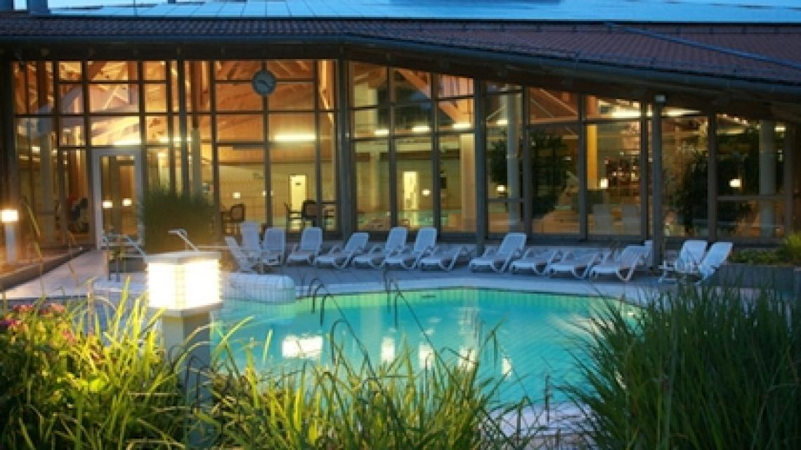 Schwimmbecken und Liegeflächen