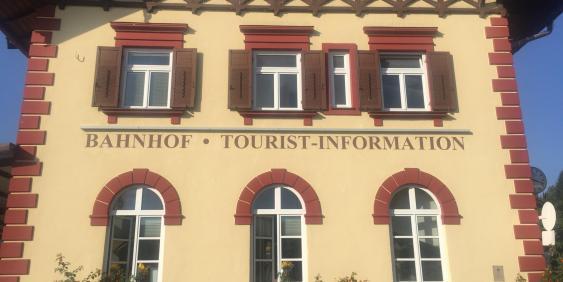 Außenansicht Tourist Information in Gmund am Bahnhof