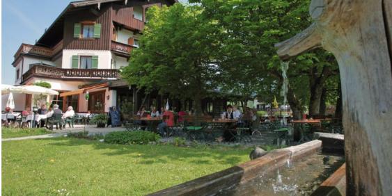 Außenansicht mit Brunnen und Biergarten
