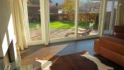 Wohnzimmer mit Ausblick auf Terrasse